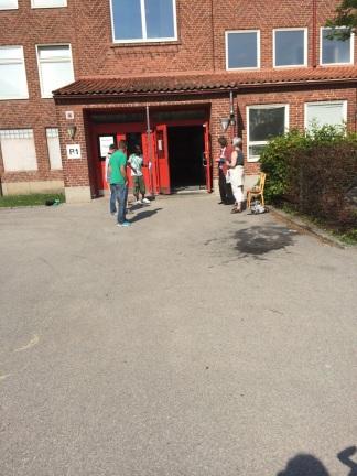 Volontari fuori dal seggio per distribuire le schede del proprio partito e fare propaganda silenziosa