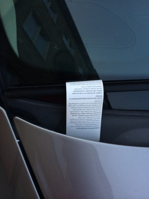 Ed ecco la multa. Il bigliettino è giallo e impermeabile... per l'occasione si è ripiegato su se stesso mostrando solo il lato bianco.