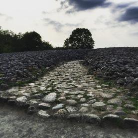 L'accesso alla tomba, scavato nel cumulo di rocce