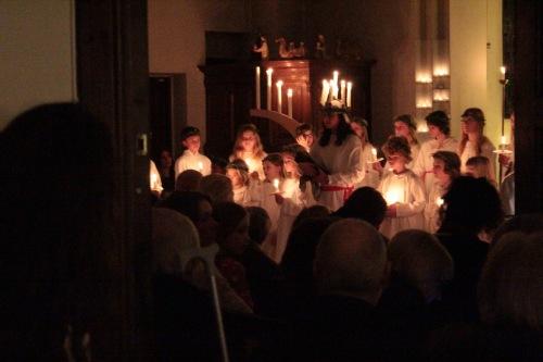 """Lucia con la """"corona"""" di candele"""